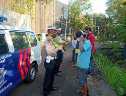 Ciko Police Traffic Unit, Distributes 50 free masks in the context of Micro-Scale PPKM