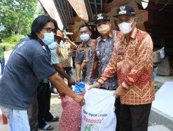 Bupati Samosir Serahkan Bantuan Penangkar Bibit Bawang Merah Kepada Kelompok Tani Desa Cinta Dame