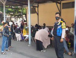 Bhabinkamtibmas Kasepuhan Polsek Lemahwungkuk Polres Cirebon Kota Kawal BST, Monitoring Prokes 5M