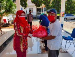 Bupati Berikan Bantuan Sembako Kepada Petugas Kebersihan di Kotaagung