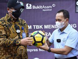 Bukit Asam Berikan Bantuan 488 Bola Kepada Pemprov Sumsel