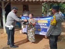 Peringati Hari Lalu Lintas ke-66, Sat Lantas Polres Lampung Utara bagikan sembako dan masker kepada warga