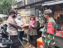 Sinergitas TNI- POLRI. tanpa lelah bagikan masker gratis warga desa kalikoa